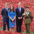 Kate Middleton avec les princes William et Harry lors de sa dernière mission officielle avant l'annonce de sa grossesse, le 5 août 2014 à la Tour de Londres.