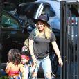 Hilary Duff et son mari Mike Comrie emmènent leur fils Luca à une fête d'Halloween à Los Angeles, le 18 octobre 2014.