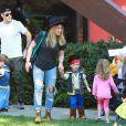 Hilary Duff et son époux Mike Comrie emmènent leur fils Luca à une fête d'Halloween à Los Angeles, le 18 octobre 2014.