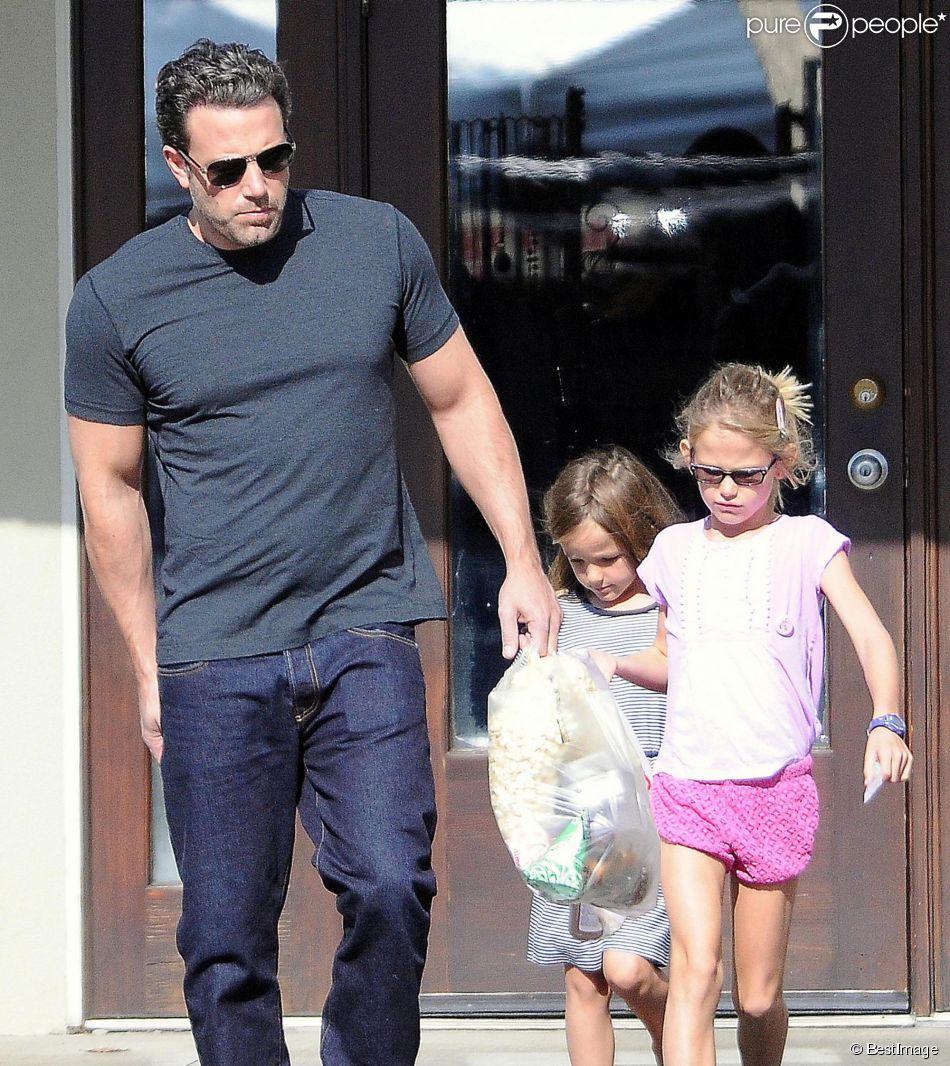 Exclusif - Ben Affleck fait du shopping avec ses filles Violet et Seraphina à Brentwood, le 19 octobre 2014.