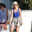 Tori Spelling et son mari Dean McDermott aident leurs enfants Liam, Stella, Hattie et Finn à tenir un stand de vente de limonade devant chez eux à Malibu, le 21 août 2014.