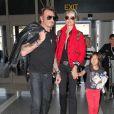 Johnny Hallyday quitte Los Angeles en famille pour rejoindre Paris le 14 octobre 2014. Le rocker était accompagné de sa femme Laeticia, de ses filles Jade et Joy ainsi que la grand-mère de son épouse Eliette et de son chien Santos.