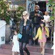 Johnny Hallyday, sa femme Laeticia et leurs filles Jade et Joy sont allés déjeuner au restaurant Taverna Tony à Malibu, le 25 mai 2014.