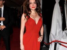 PHOTOS : Rose McGowan, en mode rouge décolleté et cernée par les beaux gosses !