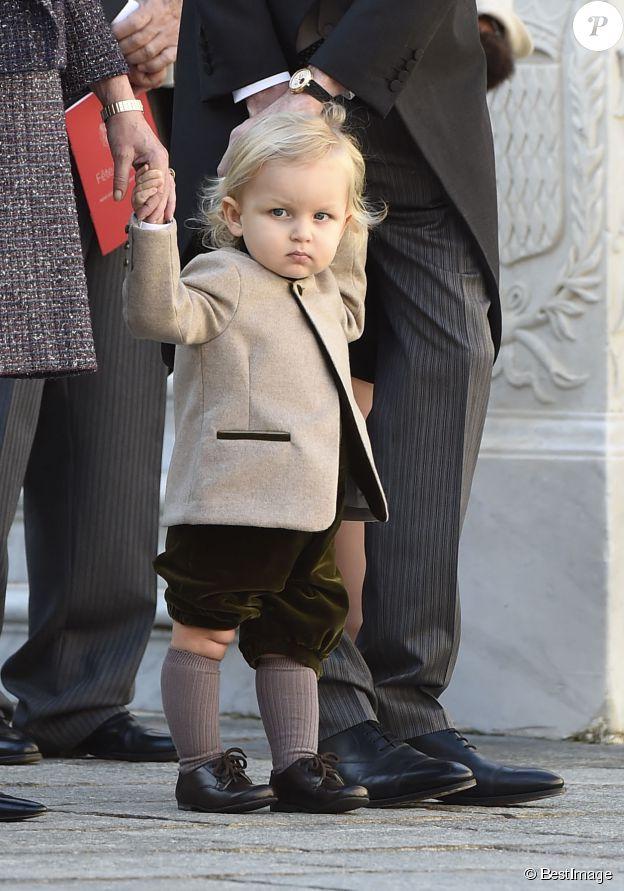 Sacha Casiraghi (1 an et demi), fils d'Andrea Casiraghi et Tatiana Santo Domingo, et petit-fils de la princesse Caroline de Hanovre, le 19 novembre 2014 dans la cour du palais princier de Monaco lors de la Fête nationale. Stylé et concentré...