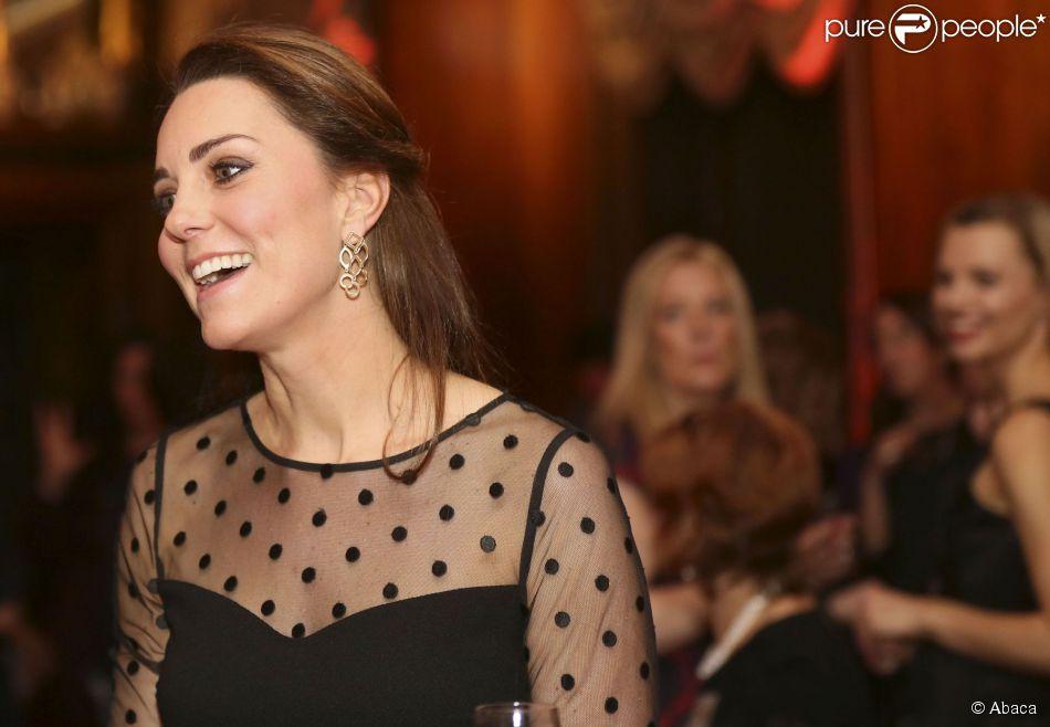 Kate Middleton, enceinte de quatre mois, à Kensington Palace, à Londres, le 19 novembre 2014. A deux pas de son domicile, la duchesse de Cambridge, en haut Hobbs et jupe Jenny Packham, remettait ce soir-là les prix de l'association Place2Be dont elle est la marraine depuis 2013.