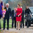Kate Middleton, duchesse de Cambridge, enceinte de quatre mois, dévoilait ses rondeurs dans une robe Katherine Hooker alors qu'elle se mobilisait le 25 novembre 2014 à Norwich, dans le Norfolk, pour lancer une levée de fonds en vue de construire un nouvel hôpital pour enfants de l'organisme East Anglia Children's Hospices.