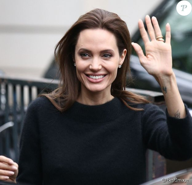 """Angelina Jolie sort de l'enregistrement de l'émission """"Vivement Dimanche"""" au pavillon Gabriel à Paris, le 26 novembre 2014 où elle était invitée."""