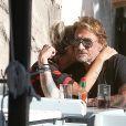 """Johnny Hallyday et sa femme Laeticia, en chemisette tout en transparence, sont allés se promener en moto aux alentours de Los Angeles. Le couple a déjeuné en amoureux chez """"Blue Plate"""" à Santa Monica, avant de se faire prendre en photo devant la plage de Santa Monica, le 27 septembre 2014."""
