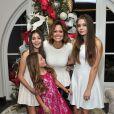 Brooke Burke-Charvet et ses filles Rain, Neriah et Sierra préparent les fêtes dans leur maison à Malibu. Los Angeles, le 1er décembre 2014.