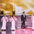 Kev Adams et ses Miss d'un certain âge, lors de la cérémonie de Miss France 2015 sur TF1, le samedi 6 décembre 2014.