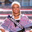 Miss Languedoc, en tenue folklorique de sa région, lors de la cérémonie de Miss France 2015 sur TF1, le samedi 6 décembre 2014.