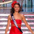 Miss Midi-Pyrénées, en tenue folklorique de sa région, lors de la cérémonie de Miss France 2015 sur TF1, le samedi 6 décembre 2014.