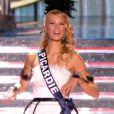 Miss Picardie, en tenue folklorique de sa région, lors de la cérémonie de Miss France 2015 sur TF1, le samedi 6 décembre 2014.