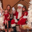 Cash Warren prend en photo son épouse Jessica Alba et leurs filles Honor et Haven en compagnie du Père Noël. Beverly Hills, le 6 décembre 2014.