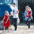 Jessica Alba, son mari Cash Warren et leurs filles Honor et Haven achètent un sapin de Noël au Beverly Center. Beverly Hills, le 6 décembre 2014.