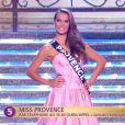 Miss Provence défile en robe de princesse lors de la cérémonie de Miss France 2015 sur TF1, le samedi 6 décembre 2014.