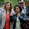 Valérie Trierweiler participe à une chasse aux oeufs de Pâques organisée par le Secours populaire à Angers avec Saïda Jawad, compagne de Gérard Jugnot, le 20 avril 2014.