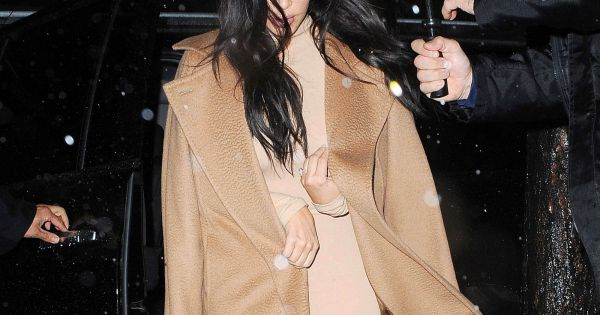 kim kardashian sous la pluie et tout de marron v tue manhattan new york porte un manteau max. Black Bedroom Furniture Sets. Home Design Ideas