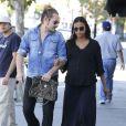 Zoe Saldana enceinte, est allée déjeuner avec son mari Marco Perego à Los Angeles, le 8 novembre 2014.