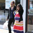 Zoe Saldana, très enceinte, et son mari Marco Perego sont allés prendre le petit déjeuner à Los Angeles, le 24 novembre 2014.