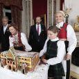 Les membres de la famille royale de Norvège - le roi Harald, la reine Sonja, le prince Haakon, la princesse Mette-Marit, la princesse Ingrid Alexandra (10 ans), le prince Sverre Magnus (9 ans) et Marius Borg (17 ans) - ont pris la pose autour d' un gâteau-château en pain d'épices réalisé par  des enfants de l'école maternelle de Fridheim,   au palais le 17 décembre 2014 pour les fêtes de Noël.