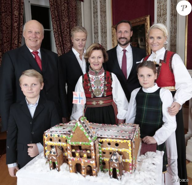 Les membres de la famille royale de Norvège - le roi Harald, la reine Sonja, le prince Haakon, la princesse Mette-Marit, la princesse Ingrid Alexandra (10 ans), le prince Sverre Magnus (9 ans) et Marius Borg (17 ans) - ont pris la pose autour d'un gâteau-château en pain d'épices réalisé par des enfants de l'école maternelle de Fridheim, au palais le 17 décembre 2014 pour les fêtes de Noël.