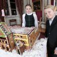 Sverre Magnus et Ingrid Alexandra ont admiré le travail des enfants de l'école maternelle de Fridheim, qui ont réalisé un gâteau-château en pain d'épices inspiré du palais royal. Les membres de la famille royale de Norvège - le roi Harald, la reine Sonja, le prince Haakon, la princesse Mette-Marit, la princesse Ingrid Alexandra (10 ans), le prince Sverre Magnus (9 ans) et Marius Borg (17 ans) - ont pris la pose au palais le 17 décembre 2014 pour les fêtes de Noël.