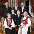 Les membres de la famille royale de Norvège - le roi Harald, la reine Sonja, le prince Haakon, la princesse Mette-Marit, la princesse Ingrid Alexandra (10 ans), le prince Sverre Magnus (9 ans) et Marius Borg (17 ans) - ont pris la pose au palais le 17 décembre 2014 pour les fêtes de Noël.