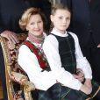 Ingrid Alexandra sur les genoux de la reine Sonja. Les membres de la famille royale de Norvège - le roi Harald, la reine Sonja, le prince Haakon, la princesse Mette-Marit, la princesse Ingrid Alexandra (10 ans), le prince Sverre Magnus (9 ans) et Marius Borg (17 ans) - ont pris la pose au palais le 17 décembre 2014 pour les fêtes de Noël.