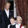 Ingrid Alexandra sur les genoux de la princesse Mette-Marit.  Les membres de la famille royale de Norvège - le roi Harald, la reine Sonja, le prince Haakon, la princesse Mette-Marit, la princesse Ingrid Alexandra (10 ans), le prince Sverre Magnus (9 ans) et Marius Borg (17 ans) - ont pris la pose au palais le 17 décembre 2014 pour les fêtes de Noël.