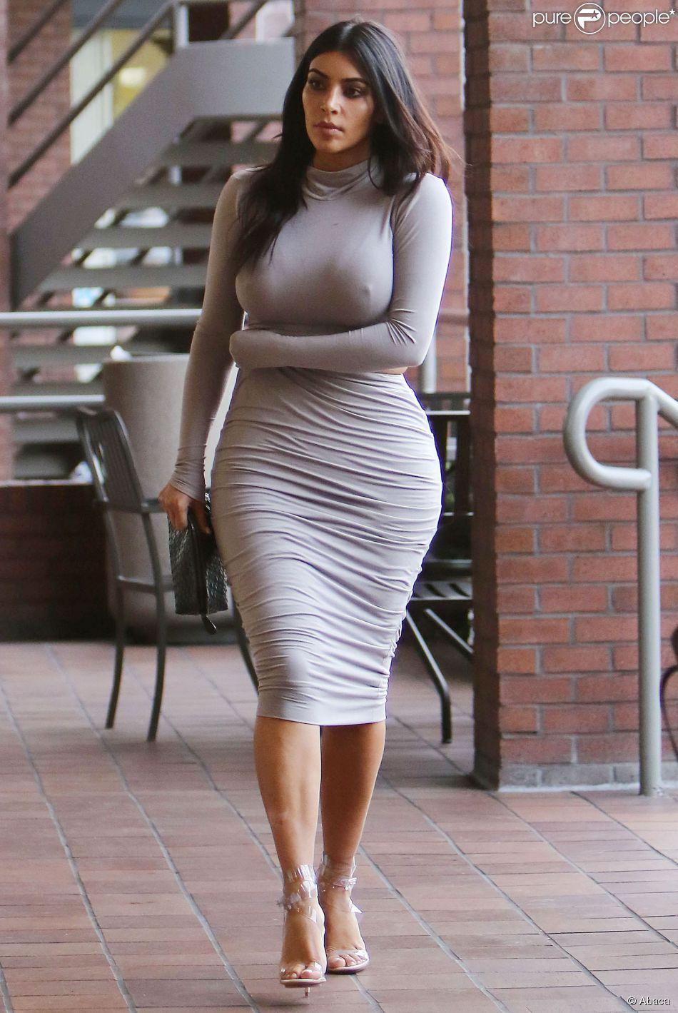 a6994b6165d8b Kim Kardashian, sexy dans un top et une jupe moulante Meena Rose, va  dé