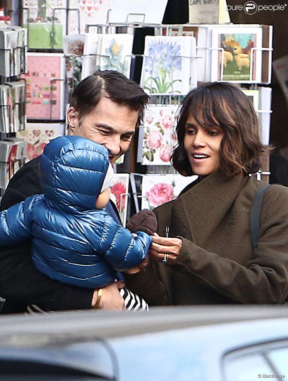 Olivier Martinez, sa femme Halle Berry et leur fils Maceo se promènent à Paris, le 20 décembre 2014.