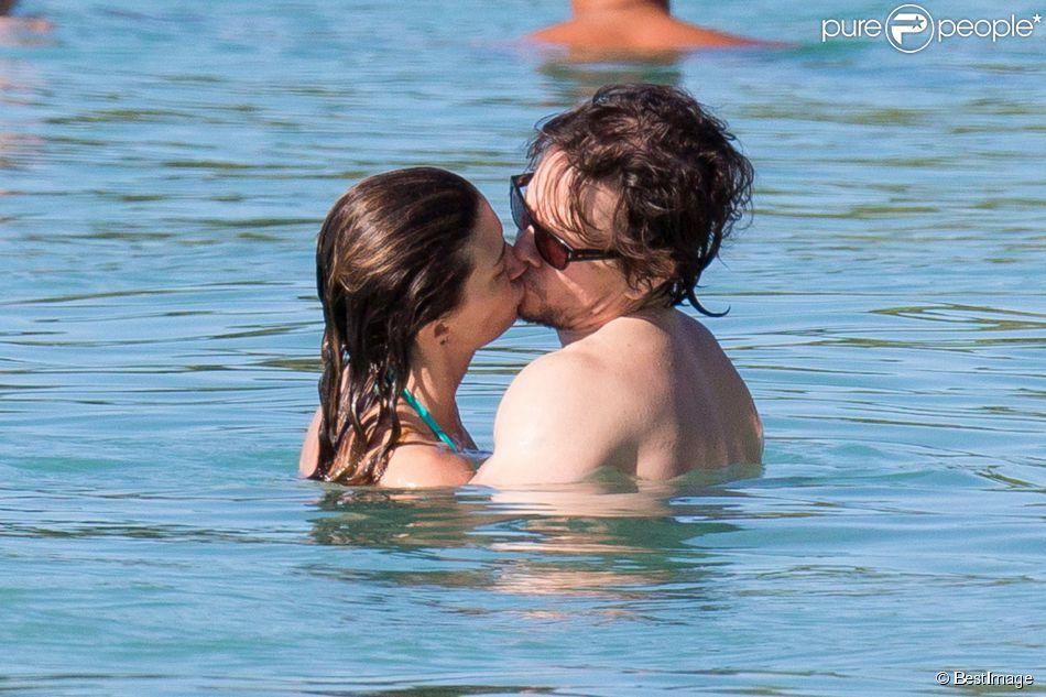 L'acteur Mark Wahlberg, avec sa femme Rhea Durham et leurs enfants Ella Rae, Michael, Brendan Joseph et Margaret Grace, profitent de la plage lors de leurs vacances sur l'île de la Barbade, le 26 décembre 2014.