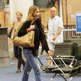 Exclusif - Sofia Vergara, qui porte sa bague defiançailles, et son fiancé Joe Manganiello, le brasgauche avec une attelle, arrivent à l'aéroport LAX de Los Angeles. Le 29 décembre 2014