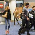 Exclusif - L'actrice Sofia Vergara, qui porte sa bague defiançailles, et son fiancé Joe Manganiello,le bras gauche avec une attelle, arrivent à l'aéroport LAX de Los Angeles. Le 29 décembre 2014
