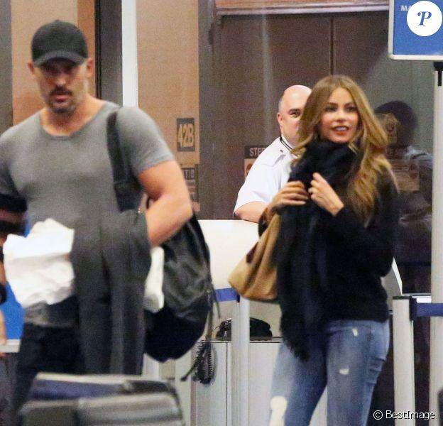 Exclusif - Sofia Vergara, qui porte sa bague de fiançailles, et son fiancé Joe Manganiello, arrivent à l'aéroport LAX de Los Angeles. Le 29 décembre 2014