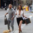 John Legend et Chrissy Teigen et leur chien lors d'une séance photo dans les rues de New York, le 1er décembre 2014