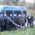 Les forces de police se préparent à donner l'assaut à Dammartin-en-Goële, où les frères Kouachi se sont retranchés, suspects principaux de l'attaque terroriste du magazine Charlie Hebdo à Paris le 7 janvier. Le 9 janvier 2015.