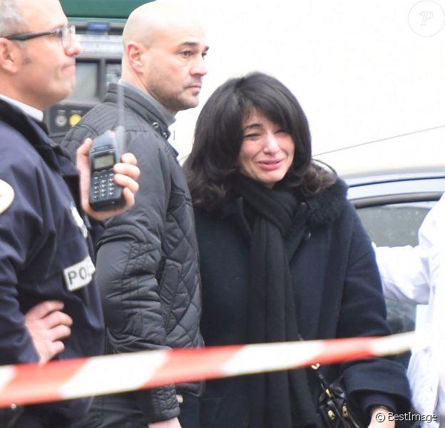 L'ancienne secrétaire d'état Jeannette Bougrab, bouleversée, devant le siège du magazine Charlie Hebdo à Paris, le 7 janvier 2015, où a eu lieu une attaque qui a fait 12 morts dont les dessinateurs son compagnon Charb, Cabu et Georges Wolinski.
