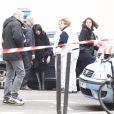 L'ancienne secrétaire d'état Jeannette Bougrab devant le siège du magazine Charlie Hebdo à Paris, le 7 janvier 2015, où a eu lieu une attaque qui a fait 12 morts dont les dessinateurs son compagnon Charb, Cabu et Georges Wolinski.