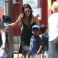 Semi-Exclusif - Sandra Bullock et son fils Louis Bullock se promènent à Los Angeles, le 18 juillet 2014.