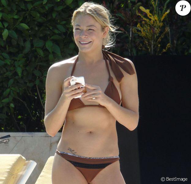 Exclusif - LeAnn Rimes se détend en bikini au bord de la piscine avec son mari Eddie Cibrian et des amis pendant ses vacances à Mexico, le 31 décembre 2014. La rumeur dit que son mari l'aurait à nouveau trompée.