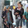 Elsa Pataky enceinte, son mari Chris Hemsworth et leur fille India font du shopping en compagnie d'autres membres de la famille a Venice Beach, le 8 janvier 2014.