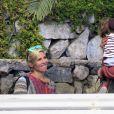 Elsa Pataky enceinte et son mari Chris Hemsworth se promenent avec leur fille India sur l'ile de la Gomera, le 17 novembre 2013.