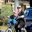 La chanteuse Pink et sa fille Willow font du vélo à Los Angeles, le 17 janvier 2015