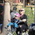 Pink et Willow font du vélo à Los Angeles, le 17 janvier 2015