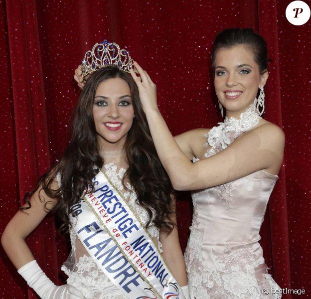 """Marie-Laure Cornu (Miss Prestige National 2014) remet sa couronne à Margaux Deroy, Miss Prestige national 2015 (Miss Prestige Flandre 2014) - Election Miss Prestige national 2015 au """"Royal Palace"""" à Kirrwiller, le 18 janvier 2015."""
