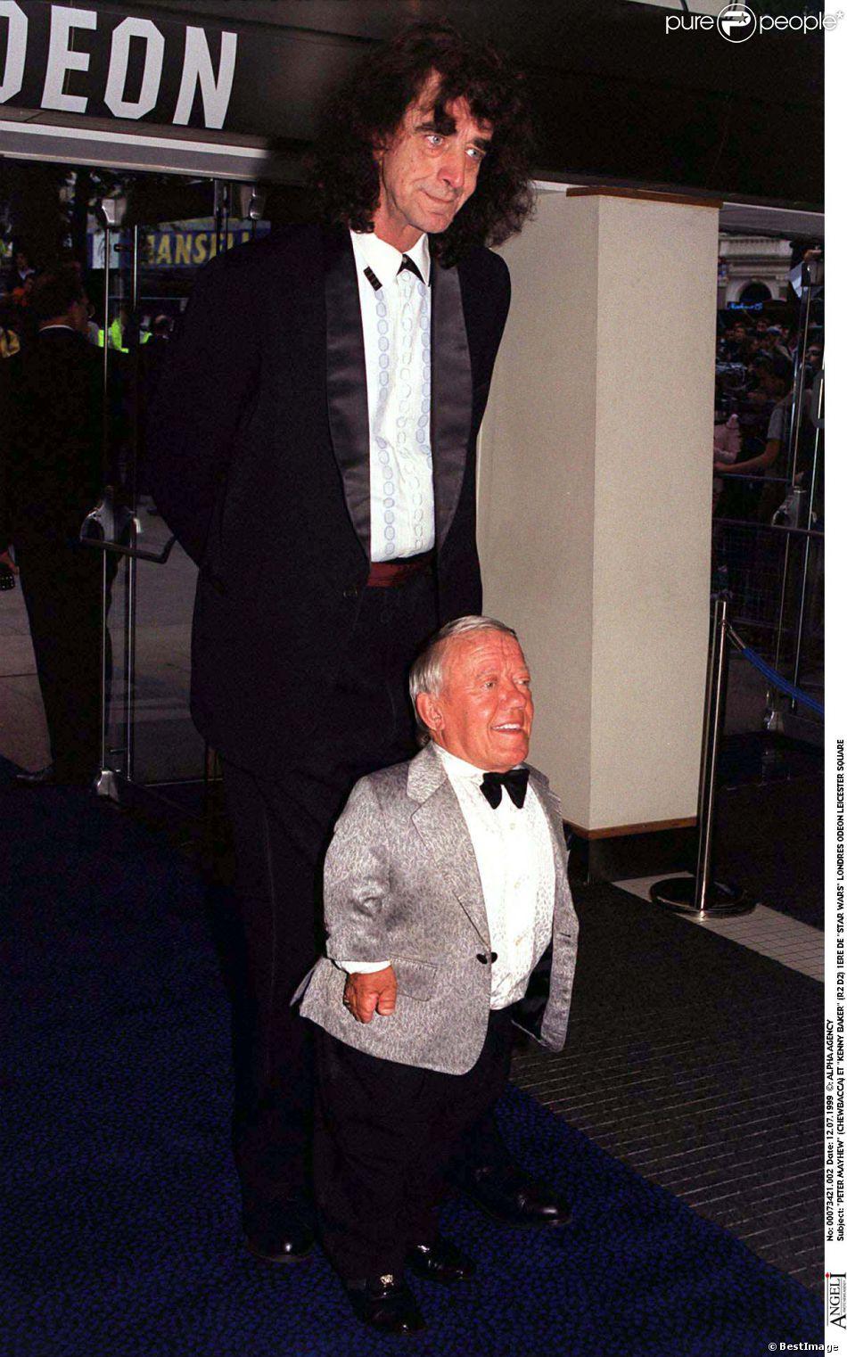 Peter Mayhew et Kenny Barker (R2 D2) à Londres en juillet 1999.