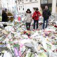 Illustration devant les locaux de Charlie Hebdo et sur les lieux où le policier Ahmed Merabet a été abattu par les fréres Kouachi à Paris, le 20 janvier 2015.